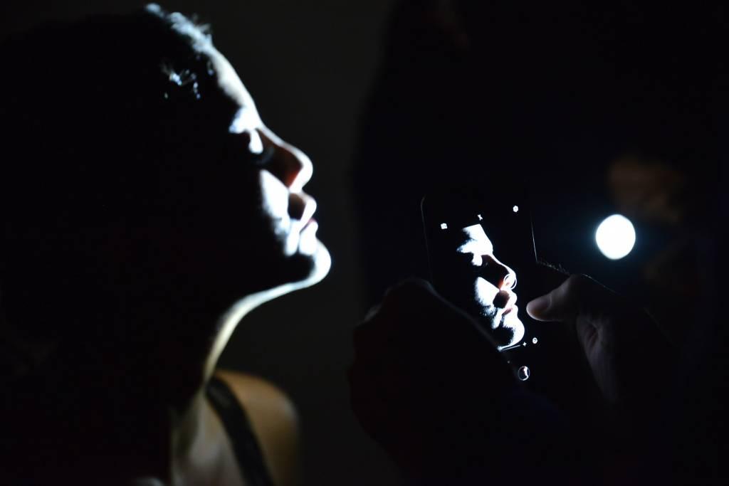 Shoot Like A Pro With A Flashlight! Burak Bulut Işık Yapmak Çekim Arkası 2